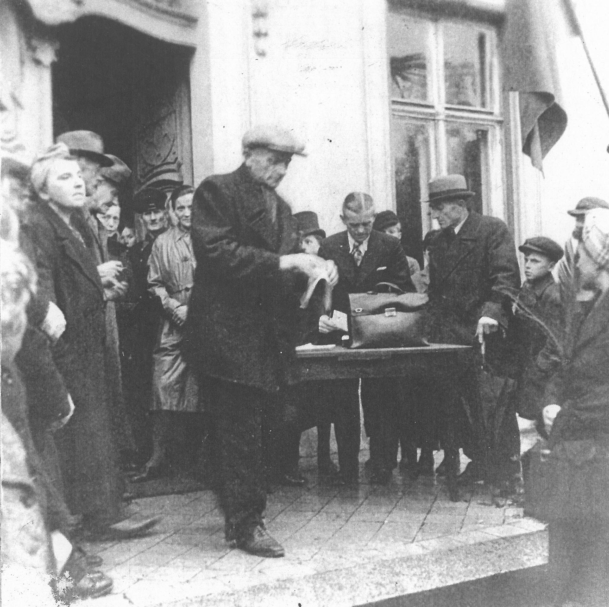 Cottbuser Bürger vor dem Eingang zum Branitzer Schloss 1945