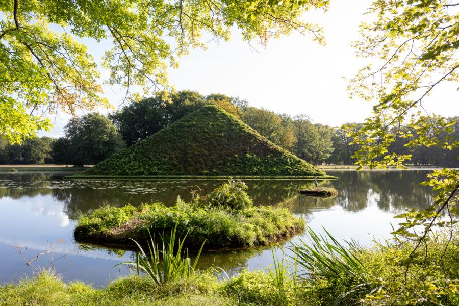 Erbbegräbnis Fürst Pückler, die Pyramide im Tumulussee