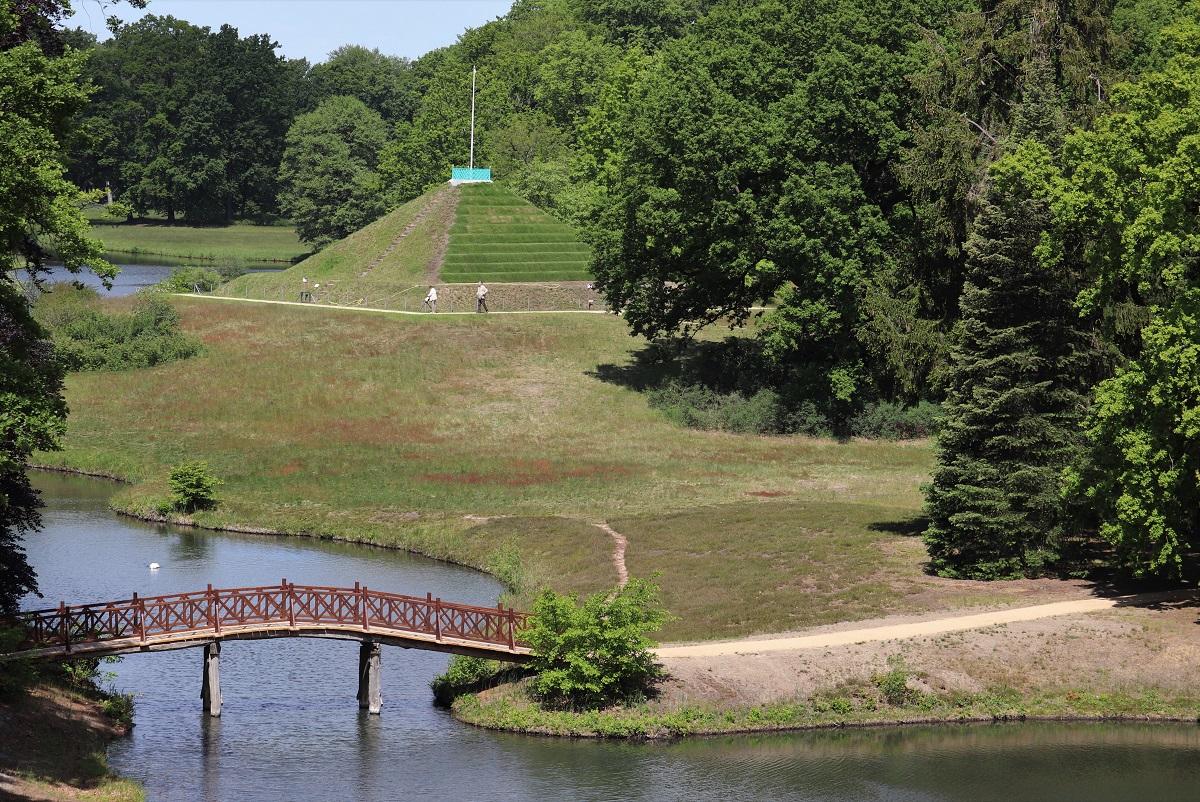 Sanierte Schlangenseebrücke mit Landpyramide im Hintergrund