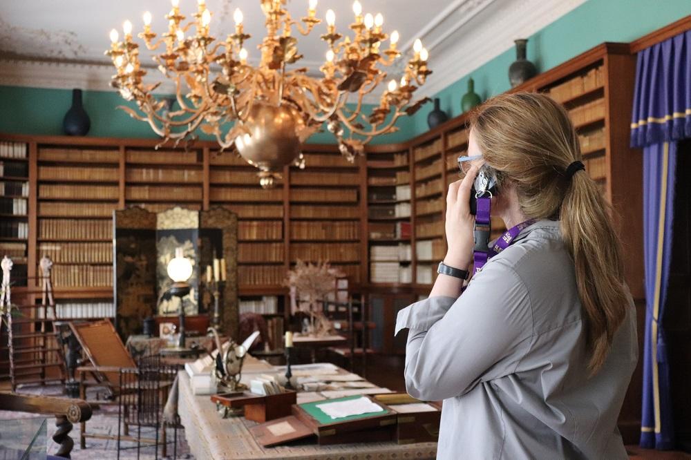 Besucherin mit Audioguide in der Schlossbibliothek